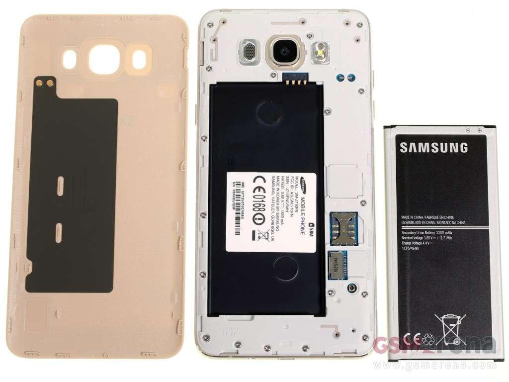 با برداشتن قاب پشتی گلکسی J7 2016، باتری 3300 میلی آمپر ساعتی آن به همراه یک درگاه میکرو سیم و همچنین کارت میکرو اس دی به چشم می خورد. همان طور که در تصویر پایین نیز شاهد آن هستید، چیپ NFC نیز در پنل پشتی به وضوح قابل مشاهده است.