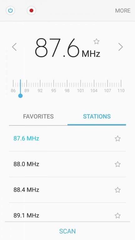 همچنین مدل 2016 سامسونگ گلکسی J7 از یک رادیو FM نیز برخوردار است (چیزی که در بسیاری از پرچمداران سری گلکسی کمتر به چشم می خورد).
