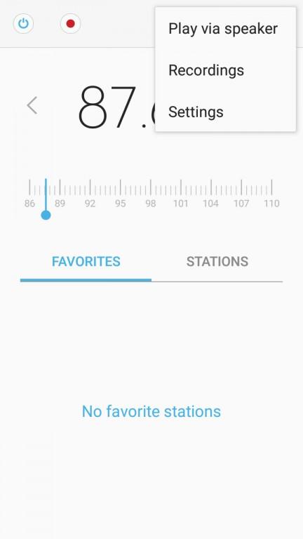 این اپلیکیشن می تواند برنامه های رادیویی را دریافت کند (البته در بعضی مناطق نمی توان از آن استفاده کرد). رادیو FM این گوشی از RDS (رادیو دیتا سیستم) استفاده نمی کند بنابراین این اپلیکیشن به نام ایستگاه های رادیویی دسترسی ندارد.