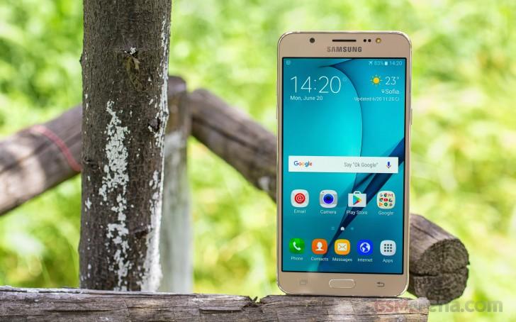 همان طور که می دانید این گوشی در محدوده گوشی های میان رده قرار می گیرد. اگر بخواهیم صادقانه بگوییم، شاید گوشی هوشمند گلکسی J7 2016 بهترین انتخابِ ممکن در بینِ گوشی های میان رده بازار نباشد. اما خب باید بگوییم که ظاهر گلکسی J7 جدید به نسبت نسخه اولیه بسیار بهتر شده و زبان طراحیِ پرچمدار سال گذشته سامسونگ تاثیر خودش را به خوبی روی این گوشی گذاشته و کاربران نیز از این موضوع بسیار لذت خواهند برد.