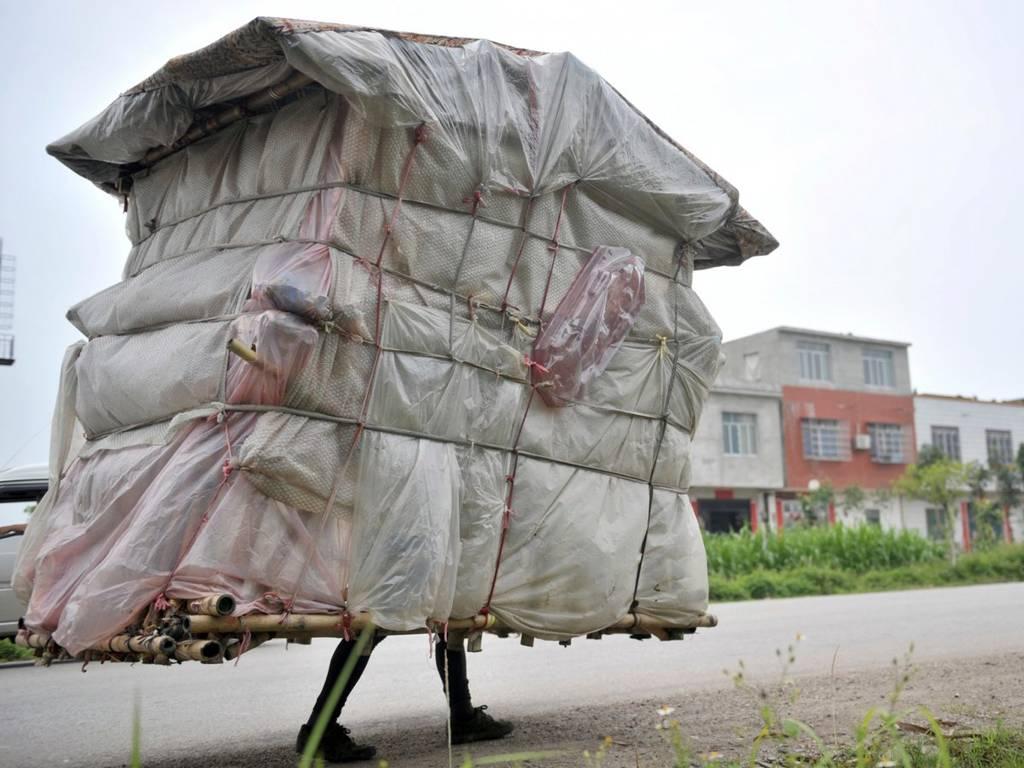 لیو لینگچاو یک سرپناه موقت را به یک خانه تبدیل کرده و با پای پیاده به سمت زادگاه خود در چین حرکت می کند. او به مدت 5 سال با سازه ای به وزن 132 پوند (59.8 کیلوگرم) که از پلاستیک، تخت و بامبو ساخته شده بود، به حرکت خود ادامه داد.