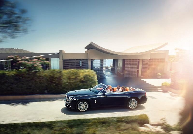 5. با پرداخت 300000 دلار می توانی ماشین رولز رویس دان (Rolls-Royce Dawn) را در اختیار داشته باشید. سواری این ماشین در حالت بدون سقف واقعا دلپذیر خواهد بود.