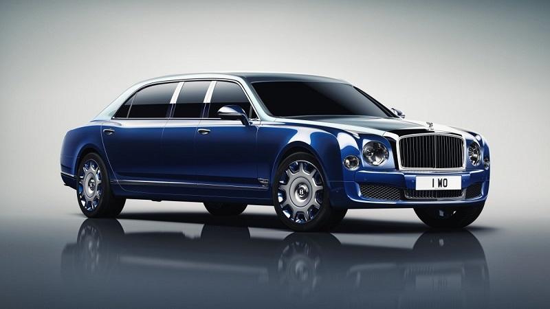 6. ماشین لوکس 300000 دلاری بنتلی مولسان (Bentley Mulsanne) از نهایت سرعت 184 مایل بر ساعت (296 کیلومتر بر ساعت) برخوردار است. این ماشین می تواند صفر تا صد را در عرض 5.1 ثانیه به دست آورد.