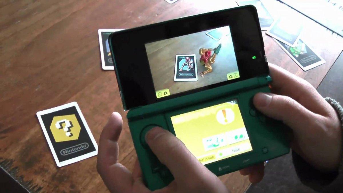 این اولین بار نیست که می توان با شخصیت های نینتندو در فضای واقعیت افزوده، به شکلی که در فضای پوکمون گو دیده می شود، بازی کرد. نینتندو 3DS (دستگاهی که در تصویر پایین مشاهده می کنید) و نسخه ی قبلی آن، از قابلیت واقعیت افزوده به شکل محدودی استفاده می کردند. با نگه داشتن دوربین دستگاه روی کارت های مخصوص در این بازی، شخصیت های سه بعدی روی نمایشگر ظاهر می شدند، چیزی شبیه به بازی واقعیت افزوده ی پوکمون گو به شکلی که امروزه وجود دارد.