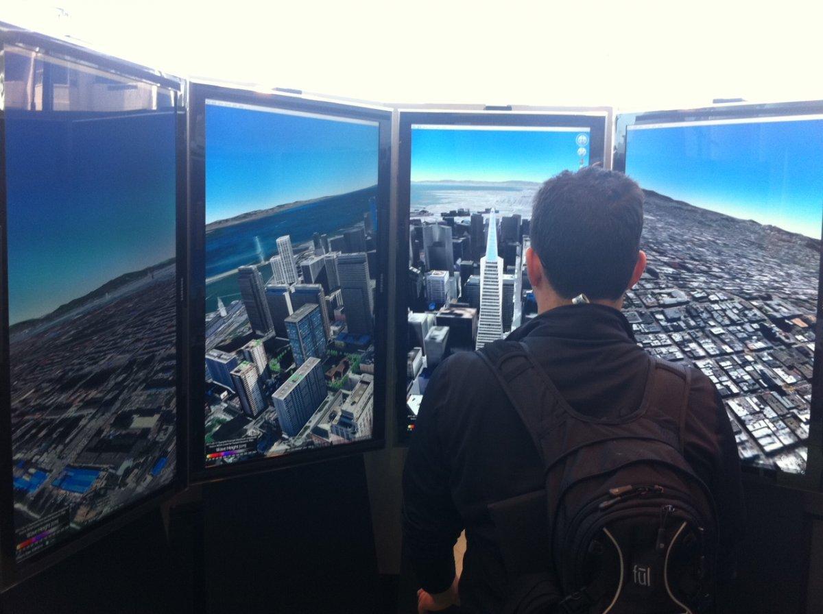 بزرگترین پروژه ی گوگلی Keyhole، گوگل ارث (Google Earth) بود؛ عملکرد این برنامه به شکلی است که کاربر در کره ی مجازی ایجاد شده، می تواند از نمای بالا، هر منطقه ی دلخواهی را تماشا کند. زمانیکه این برنامه در سال 2005 راه اندازی شد، هیچ چیز مشابه با آن وجود نداشت.