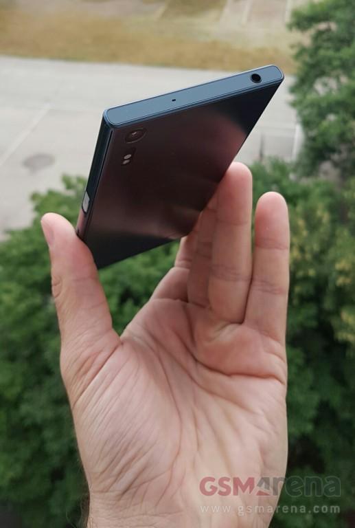در قسمت فوقانی گوشی نیز یک جک هدفون 3.5 میلی متری تعبیه شده است.