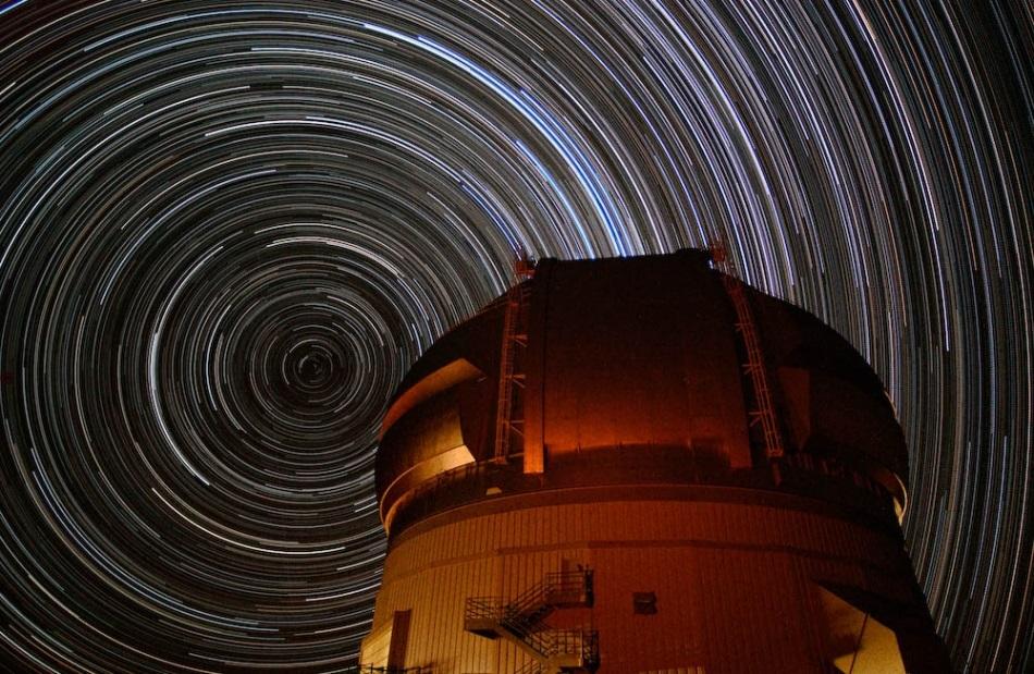 در عکس برداری بلند مدت از آسمان، ستاره های ردهایی به دور قطب شمال و جنوب آسمان به جا می گذارند. در تصویر، ستاره قطبی نزدیک به قطب شمال آسمانی قرار دارد.