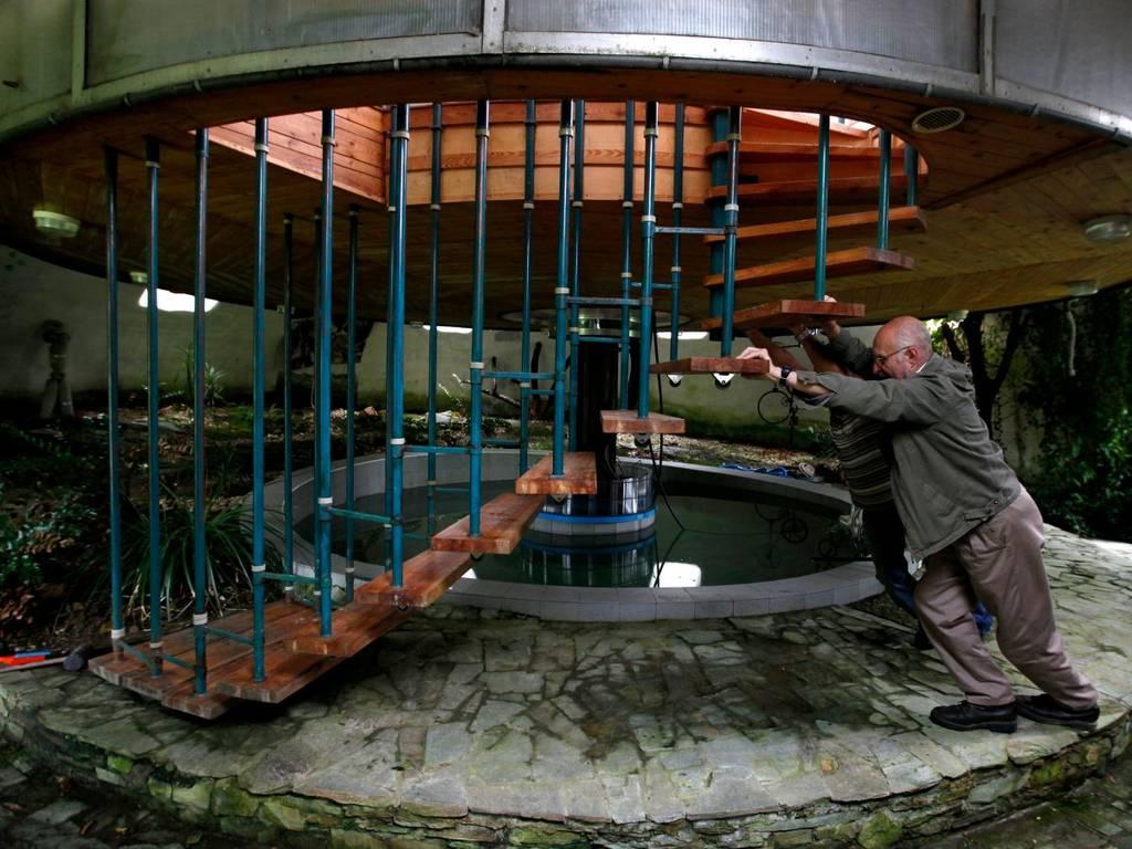 این سازنده، یک خانه ی چرخنده را در یکی از روستاهای کوچک شمال پراک در جمهوری چک ساخته است. او از سال 1981، روند ساخت آن را آغاز کرده و در سال 2002، خانه را تکمیل کرد. خانه ی او می چرخد تا او همیشه بتواند از بهترین چشم انداز لذت ببرد. جالب تر اینکه، ارتفاع این خانه نیز تغییر می کند.