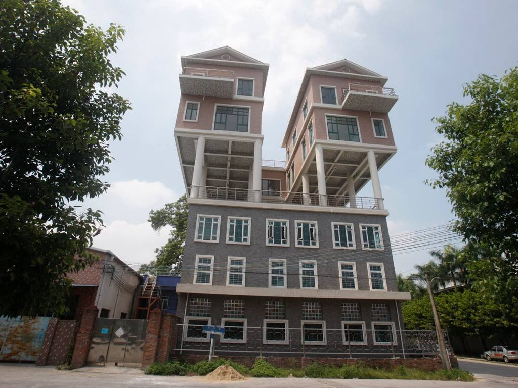 این خانه ها روی سقف کارخانه ای در استان گوانگدونگ در کشور چین واقع شده اند. این خانه در سال 2011 و به شکل غیر قانونی ساخته شده است؛ چرا که بنابر اخبار محلی، خانه ها بسیار بزرگ بودند.