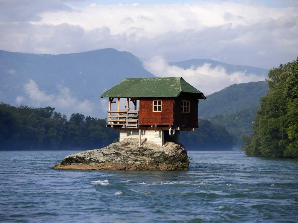 این خانه روی یک تخته سنگ و در رودخانه ی درینا در سیبری بنا شده است. یک گروه از مردان جوان در سال 1968 به این نتیجه رسیدند که این سنگ، نقطه ی مناسبی برای ساخت یک پناهگاه است. این خانه در طول مدت 50 سال، به خوبی در برابر طوفان و سیل دوام آورده است.