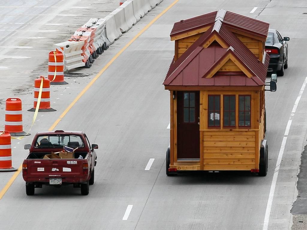 این خانه ی کوچک سروی که توسط Tumbleweed ساخته شده، به آسانی قابل انتقال است. مساحت این خانه های کوچک، از 100 فوت مربع به 1000 فوت مربع نیز می رسد.