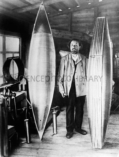 نخستین بار، تسیولکوفسکی، دانشمند روسی ثابت کرد که موشک ها در فضای خلاء نیز کار می کنند. او به آشنایی با طرز کار موشک های چند مرحله ای علاقه مند بود. یعنی موشک های جداگانه ای که پشت سر هم قرار می گیرند و با به کار افتاد موشک بعدی، موشک قبلی جدا و رها می شود تا وزن کل سیستم کاهش یابد.