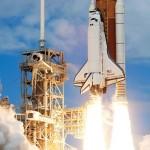 در سال 1981 میلادی (حدودا 35 سال پیش) سازمان فضایی آمریکا (ناسا) وسیله فضایی جدیدی را به نام شاتل مورد آزمایش قرار داد. شاتل ها وسیله سرنشین داری هستند که برای استفاده مکرر طراحی می شوند. هر شاتل شامل یک مدار گرد بالدار، یک مخزن سوخت جدا شونده و دو موشک با سوخت جامد است. همه این مجموعه، حدود 56 متر ارتفاع و 200 تن وزن دارد! دو موشک کمکی با سوخت جامد، از موشک های مرحله اول پرتاب به حساب می آیند. این دو موشک در دو طرف شاتل قرار دارند و با تمام شدن سوخت موشک های کمکی، از بدنه جدا می شوند و با چتر فرو می افتند. هر یک از این موشک ها را می توان مجددا تا 20 بار مورد استفاده قرار داد.
