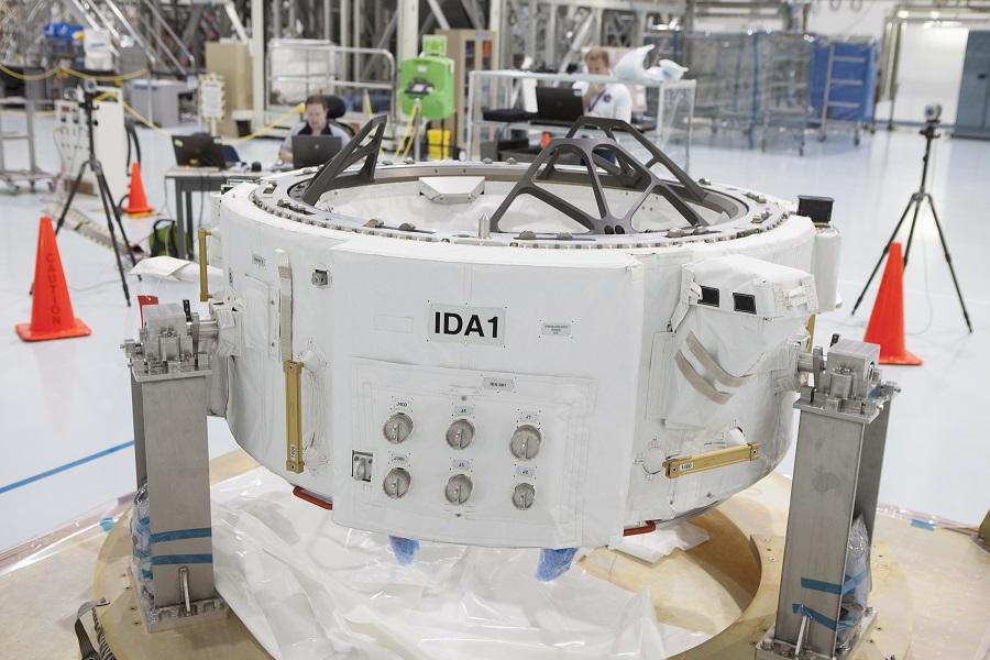 آداپتور متصل بین المللی یا IDA یک حلقه فلزی با قطر 160 سانتی متر (64 اینچ) بوده که نهایتا قرار است به محوطه بیرونی ISS متصل گردد. IDA به فضاپیماهای آینده ساخته شده توسط اسپیس ایکس یا بوئینگ اجازه می دهد تا به صورت خودکار به ایستگاه فضایی بین المللی متصل شوند. این فضاپیماها قرار است فضانوردان ناسا را به ایستگاه فضایی برده و یا از آن به زمین باز گردانند که بدون IDA، هیچ راهی برای اتصال آن ها به ایستگاه فضایی وجود ندارد.