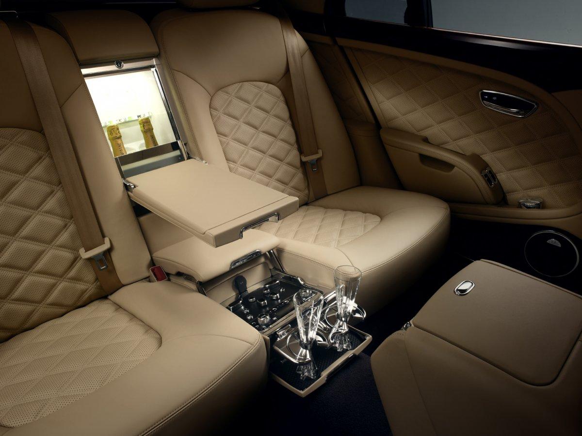 ماشین بنتلی مولسان از طراحی داخلی فوق العاده ای برخوردار است و به جایگاه قرار دادن نوشیدنی و صندلی های چرمی راحت مجهز شده است. بنتلی مولسان جدید همچنین از کنترل های سیستم هوا در چهار ناحیه برخوردار شده تا بتوانید در هر قسمتی که نشسته اید، از هوای خوب لذت ببرید.