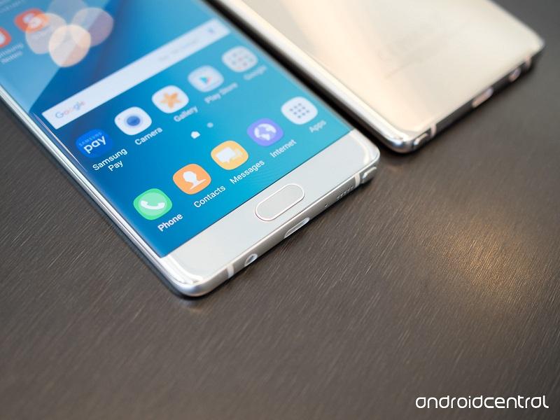 کمپانی سامسونگ اعلام کرد که علاقه مندان به خرید گوشی سامسونگ گلکسی نوت 7 می توانند تا مدت زمان محدودی از آفر این کمپانی بهره مند شوند؛ با خرید این دستگاه می توان از یک گییر فیت 2 یا میکرو اس دی 256 گیگابایتی به صورت رایگان بهره مند شد.