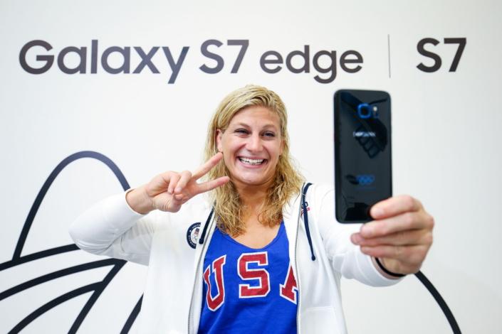 کمپانی سامسونگ به تمام 12500 ورزشکاری که در المپیک ریو 2016 حضور دارند، یک دستگاه از نسخه ی محدود المپیک گلکسی اس 7 اج هدیه می دهد.
