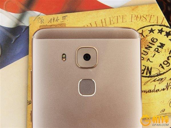 گوشی هواوی جی 9 پلاس از بدنه ی تماما فلزی ساخته شده و در رنگ های طلایی و نقره ای عرضه خواهد شد. این گوشی از نمایشگر 5.5 اینچی با کیفیت رزولوشن 1080p و سنسور اثر انگشت برخوردار شده است