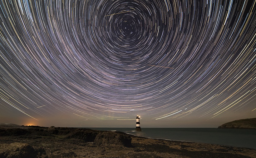 حتما در آسمان شب، ردهای نورانی را دیده اید که به سرعت ناپدید می شوند. این ردها را شهاب می نامند.