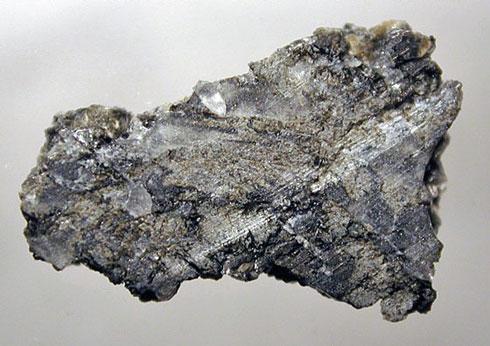 ذرات ریزی که در فضای میان سیارات پراکنده اند، هنگامی که به جو زمین وارد می شوند، بر اثر اصطکاک با جو می سوزند و به صورت شهاب دیده می شوند. چون شهاب ها با سرعت حرکت می کنند، چشم ما مسیر سوختن آن ها را در جو به صورت ردی درخشان می بیند. اگر جسمی که به جو زمین وارد می شود، قطعه سنگی یا فلزی بزرگ باشد، بخشی از آن به سطح زمین برخورد می کند که به آن شهاب سنگ می گویند.