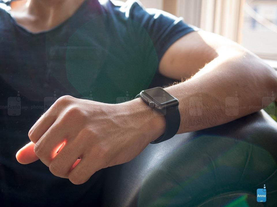 هم اکنون قیمت اپل واچ اسپرت 38 میلی متری با رنگ خاکستری به 199 دلار کاهش یافته است که نسبت به قیمت 349 دلاری اولین اپل واچ، با کاهش چشمگیری به همراه بوده است. مسلماً این مبلغ به اندازهی قیمت دیگر ساعتهای کامپیوتری ارزان نیست، اما با تغییرات و بهبودهای مختلفی که در اپل واچ او اس 3.0 صورت گرفته، این شانس برای کاربران فراهم شده تا نسل دوم ساعت هوشمند کمپانی اپل را با قیمت کمتر از 200 دلار در اختیار بگیرند.