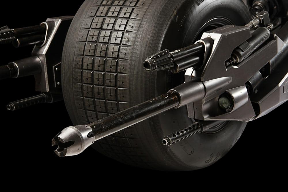 از جمله ویژگی های موتورسیکلت بتمن می توان به شاسی سفارشی ساخته شده، پنل های فایبرگلاس بدنه خاکستری رنگ، لاستیک های 31 اینچی کمپانی لاستیک سازی Hoosier Racing Tire و یک موتور هوندا 750 اشاره کرد.