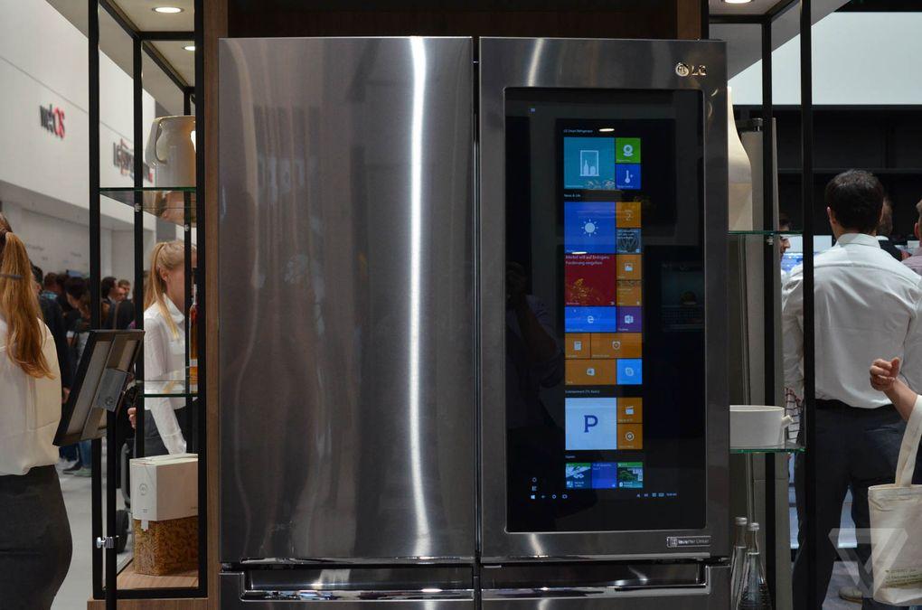 شرکت ال جی مشخصات دقیق این یخچال و قیمت و اطلاعات مربوط به فروش آن در بازار را هنوز اعلام نکرده است، اما احتمالاً این یخچال هوشمند Instaview Door-in-Door در اواخر امسال روانه بازار شود.