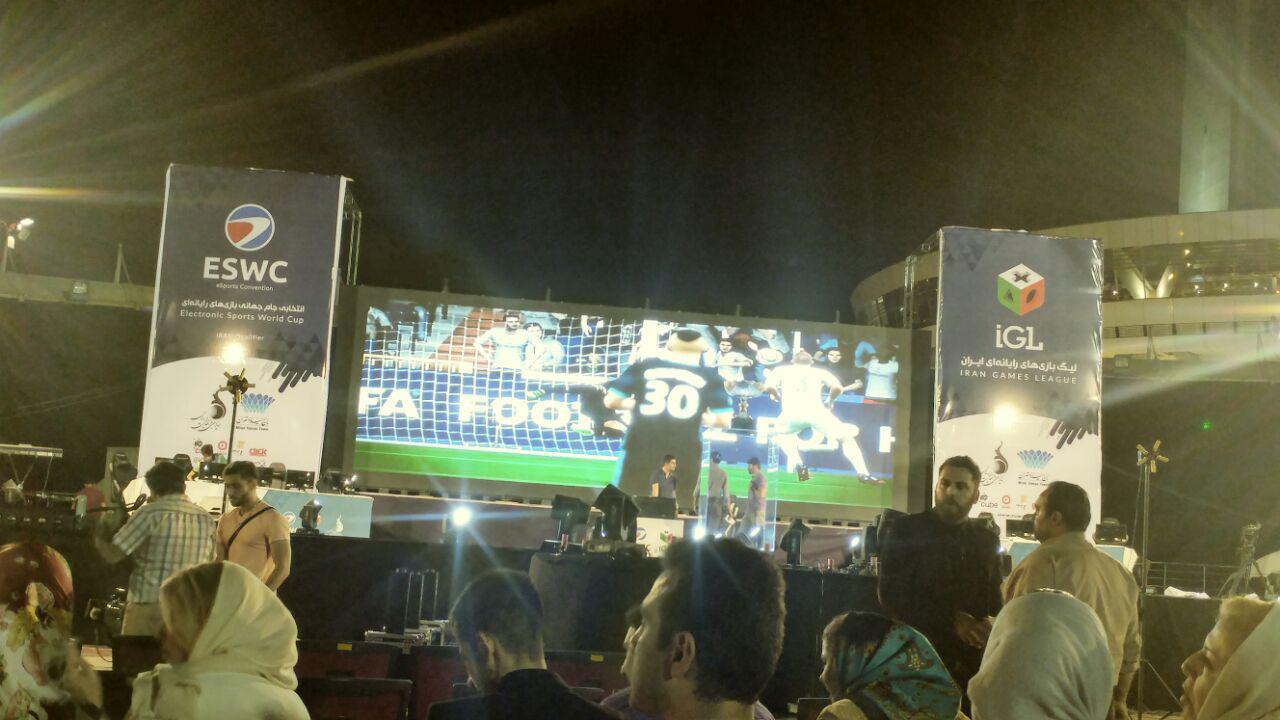 این مراسم در استیج سایت ورزش برج میلاد با پخش ترانه هایی از خوانندگان محبوب کشور آغاز و در همین حین نیز از پنل غول پیکری که بر روی استیج قرار داده شده بود، بازی دو تیم فوتبال در بازی فیفا در حال پخش بود.