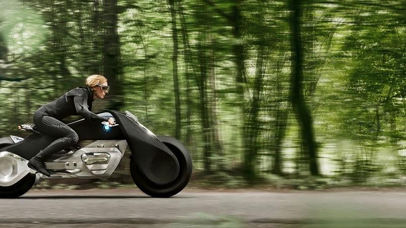 موتورسیلکلت موتوراد چشم انداز 100 ساله از یک قابلیت خود متعادل فیوچریستیک برخوردار شده که امنیت و ثبات وسیله ی نقلیه را افزایش می دهد.