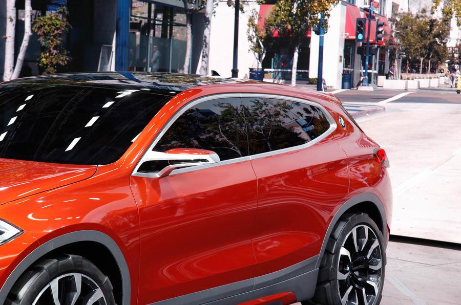 ر طراحی خارجی کانسپت بی ام دبلیو X2 ، خمیدگی هایی را مشاهده می کنید که از قسمت جلو تا عقب ماشین گسترده شده و نواری از جنس آلومینیوم براق، دور تا دور لبه های ماشین را پوشانده است.