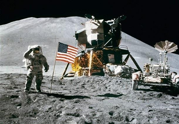 فرود ماموریت آپولو بر روی ماه در طول یک ماه کامل رخ داده