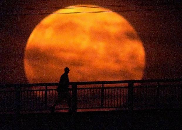 هنگامی که ماه کامل با ماه گرفتگی همزمان می شود به آن ماهِ سرخ و یا خونین گفته می شود