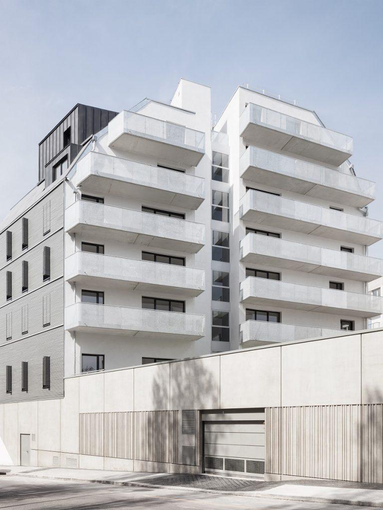 این ساختمان دارای بالکن های چهارگوشِ خاکستری و پلکان مارپیچ خارجی است.