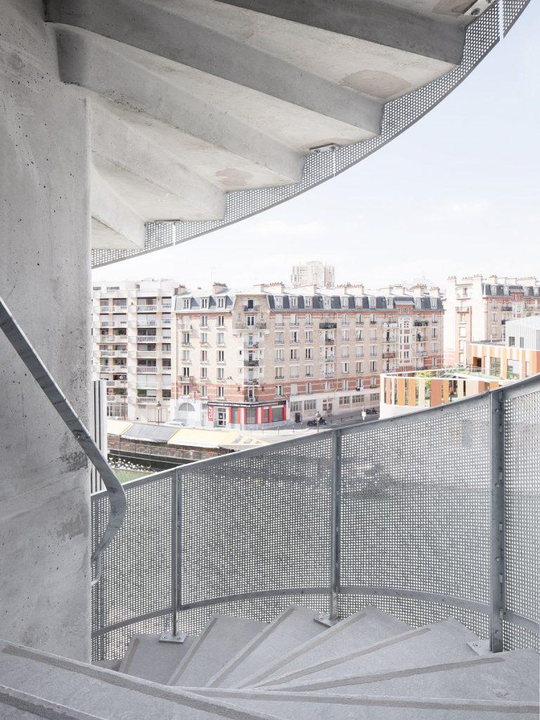 این پلکان با دستگیره های شبکه ای فلزی پوشانده شده که به وسیله درب های شیشه ای امکان دسترسی به سالن ورودی را فراهم می کند