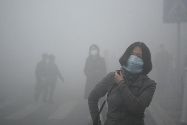 میزان آلودگی هوا در پکن، پایتخت چین، اغلب به بیش از سه برابر حد غیرمجاز می رسد و از مرز خطر برای تنفس شهروندان می گذرد.