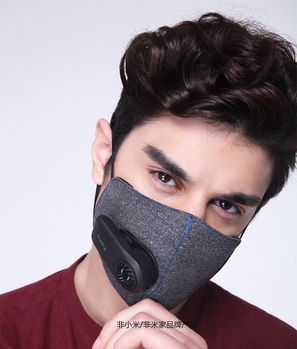 شرکت شیائومی برای الودگی هوای دنیا و مخصوصا آلودگی هوای تهران یک ماسک تنفسی ساخته است. این ماسک تنفسی دارای ویژگیهایی متفاوت نسبت به دیگر ماسکها دارد.