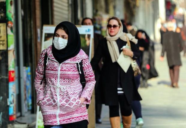 آلودگی این روزهای تهران باعث شده بسیاری از مردم با ماسک در سطح شهر تردد کنند.