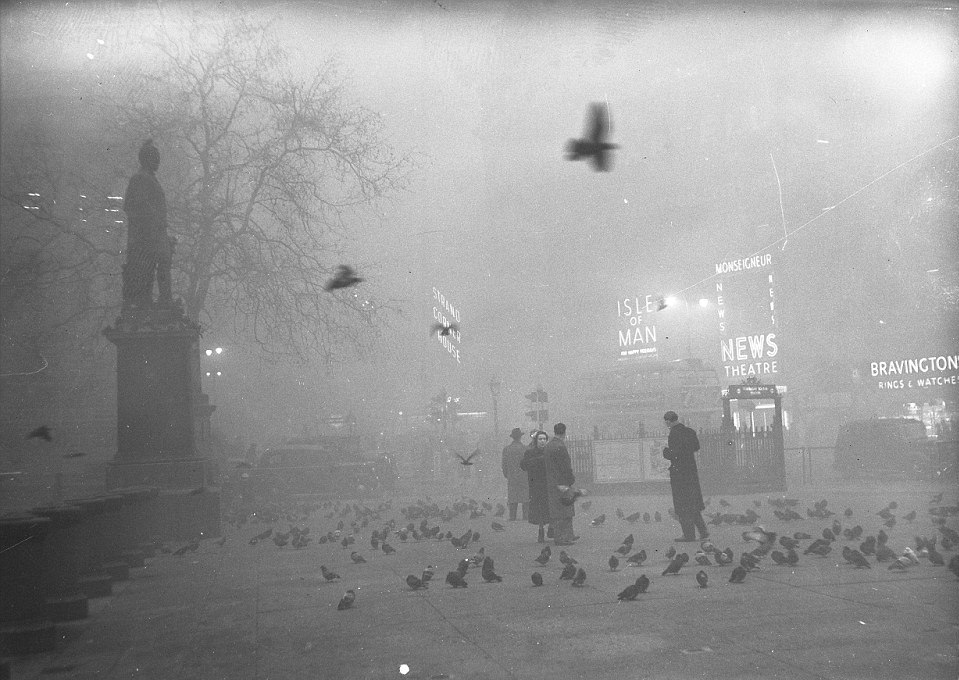 در زمستان سال ۱۹۵۲ پایتخت انگلیس را مه عظیمی فرا گرفت. ورود جریانی از هوای سرد باعث شد تا با پدیده وارونگی هوا در زمستان آن سال، این مه دود، مرگ بیش از ۱2 هزار نفر را رقم بزند.