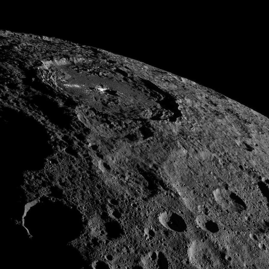 در یکی از این عکس ها، ناحیه روشن مرکزی دهانه بزرگ اکانتور به خوبی مشخص است. دهانه اکانتور 92 کیلومتر عرض، و 2. 4 کیلومتر عمق دارد.