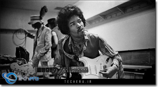 جیمی هندریکس در حال نواختن گیتار در سال 1967 میلادی