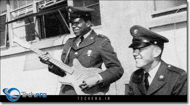 جیمی هندریکس در حال نواختن گیتار الکتریک در یکی از برنامه های ارتش ایالات متحده آمریکا