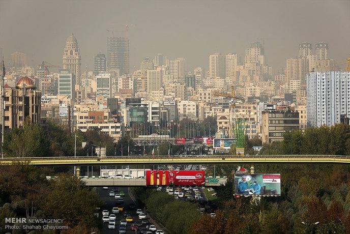 آلودگی هوای تهران این روزها جان تهرانیها را تهدید میکند. پدیده محیط زیستی آلودگی هوا باعث شده تهران را غبار محاصره کند و تصاویری حیرت آور خلق شود.