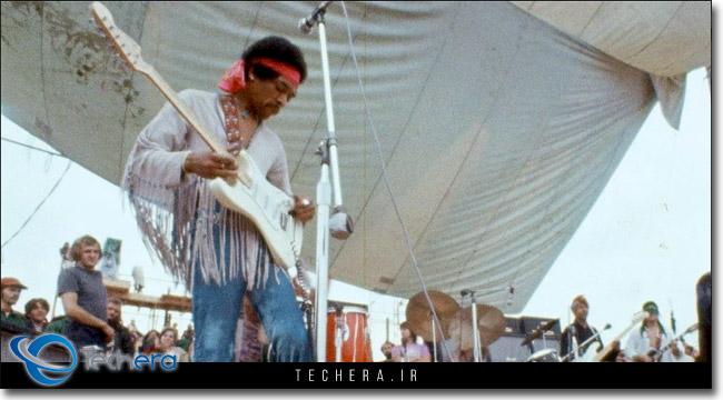 جیمی هندریکس در حال نواختن گیتار در جشنواره وودستاک (Woodstock)