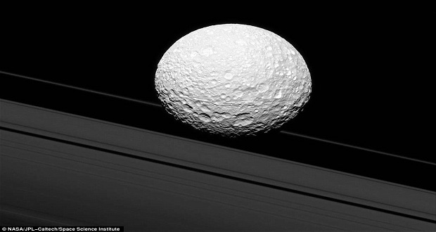 عکس های جدید فضاپیمای کاسینی برخورد قمر میماس با حلقه های زحل را نشان می دهد