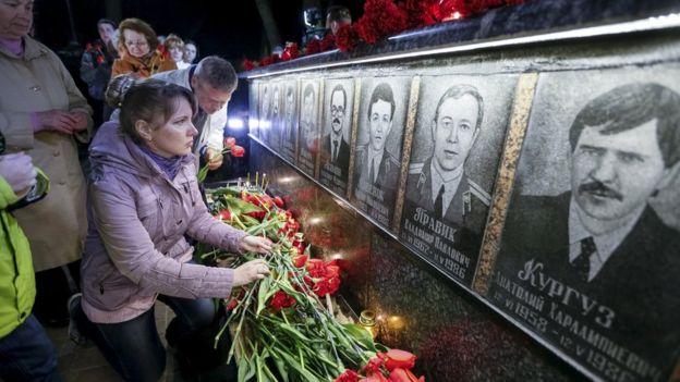 16، آوریل 2016، مردم در حال اهدای گل، در سی امین سالگرد یادبود آتش نشان ها و کارگرانی که در فاجعه درگذشت بودند.