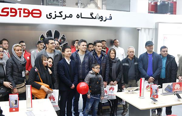 گوشی هواوی میت 9 در ایران به صورت رسمی با گارانتی عرضه شده است. این گوشی با قیمتی بالا وارد بازار ایران شده است و به زودی باید شاهد کاهش قیمت آن بود.