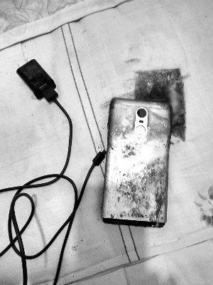 یک گوشی میان رده از شرکت چینی شیائومی منفجر شده است. این گوشی در حال شارژ و در کاربر از آن استفاده میکرده است که منفجر میشود و آتش میگیرد.