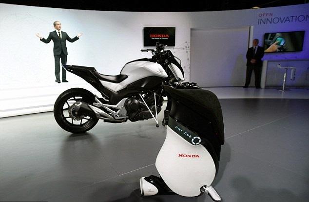 اسکوتر هوندا UNI-CUB در کنار موتورسیکلت خود متعادل کننده هوندا