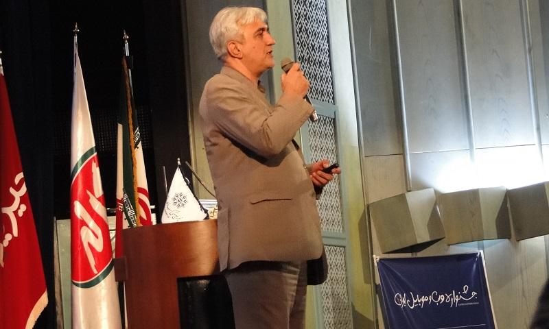 جناب دکتر موسویان، رئیس مرکز رسانه های دیجیتال که قرار بود سخنرانی افتتاحیه را به عهده داشته باشد، با تاخیر در جشنواره حاضر شده و با متن سخنرانی نه چندان جذاب خود که از حوصله ی حضار خارج بود، انتظار برای بخش اهدای تندیس و اختتامیه را دشوارتر کرد.