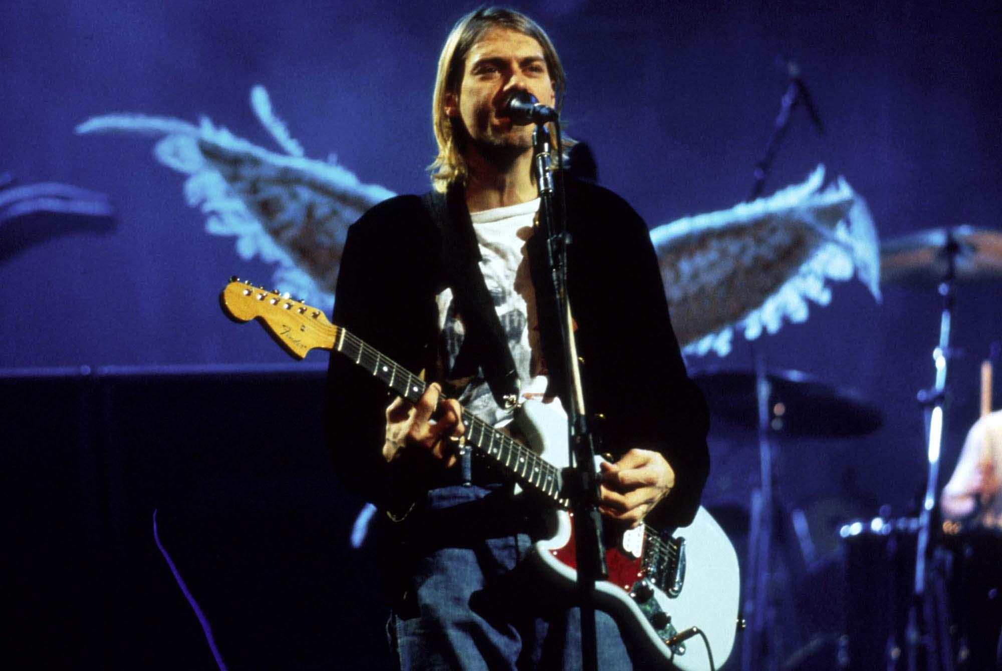 کرت کوبین در حال اجرای زنده با گروه نیروانا در سال 1993 میلادی